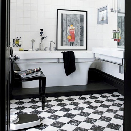 baño blanco y negro con pisos ajedrez