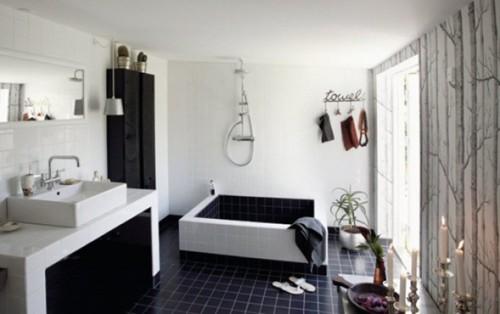 baño blanco y negro con tina