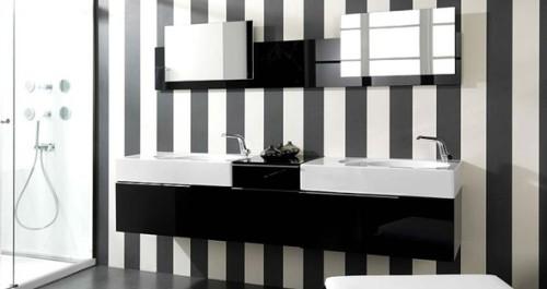 baño con paredes a rayas blanco y negro