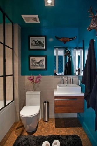 baño pequeño con paredes turquesa