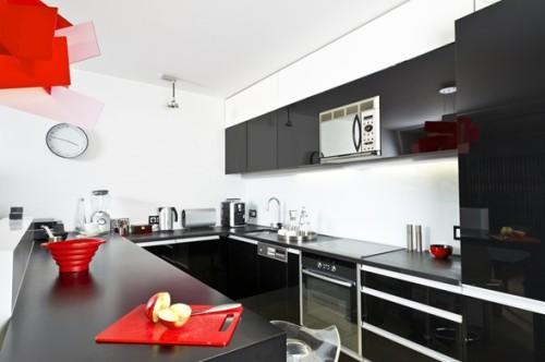 cocina con gabinetes color negro
