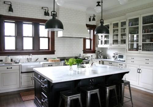cocina con isla central blanco y negro