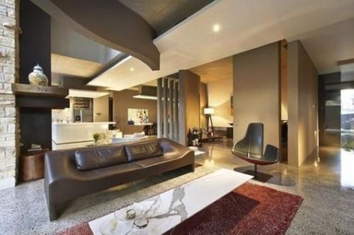 sala sofá de cuero marrón forma original