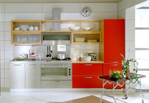 cocina lineal pequeña con rojo