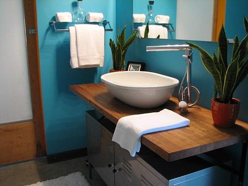 Decoracion Baño Azul:Este pequeño baño incluye un tono más audaz de azul en las paredes