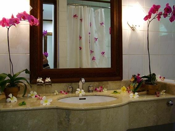 Decoración Baños Femeninos:Como sabemos, las flores no sólo nos alegran sino que también nos