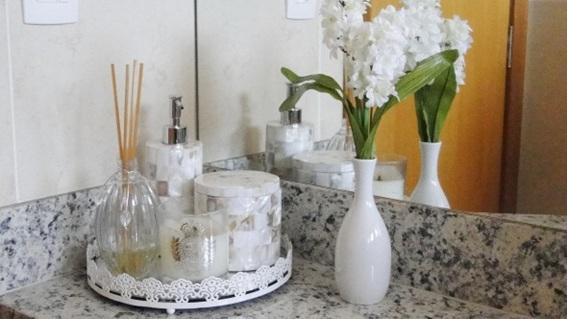 Imagenes Baños Femeninos:Introduce un florero con flores frescas, una bandeja con envases o