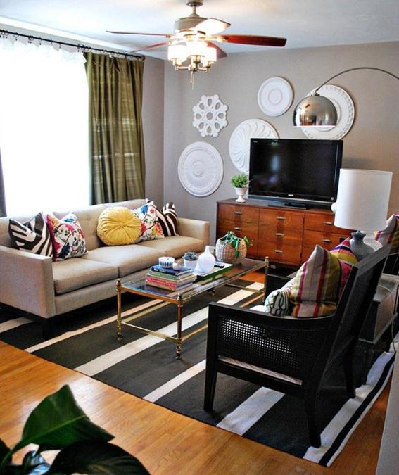 una sala ecléctica con paredes en color gris, combinando muebles