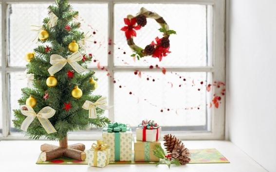 Como Decorar Ventanas Exteriores En Navidad ~ El reducido espacio de una ventana peque?a es aprovechado al m?ximo