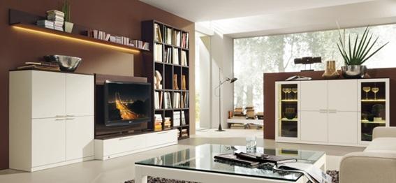 12 salas modernas con paredes color marr n for Decoracion salon beige y blanco