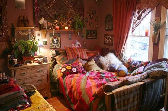 Baños Estilo Bohemio:Un hermoso dormitorio donde la cama es la pieza central de la