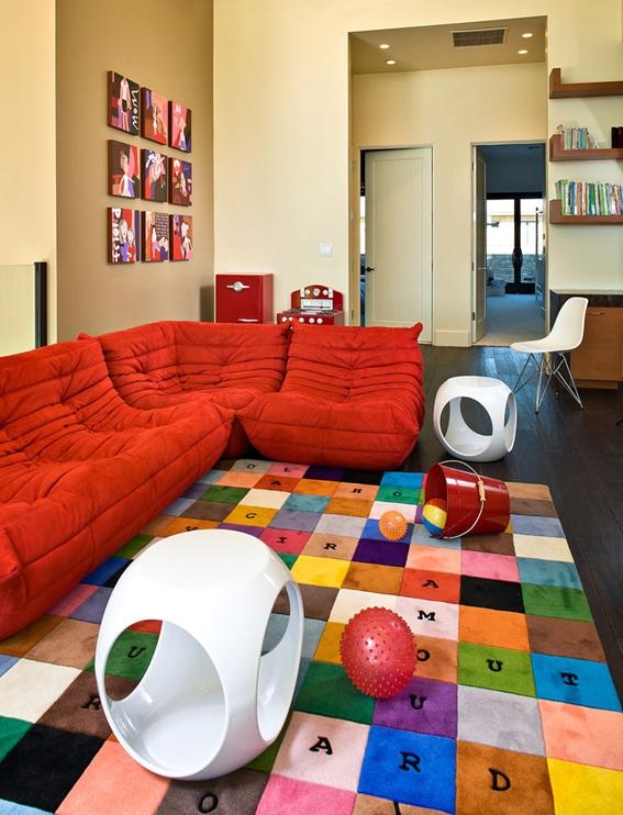 sala decorada sofá rojo