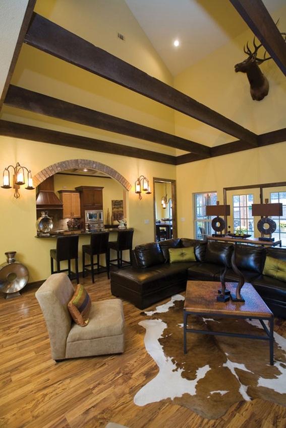 C mo decorar tu sala con techo alto 10 ideas y fotos for Cual es el techo mas economico para una casa